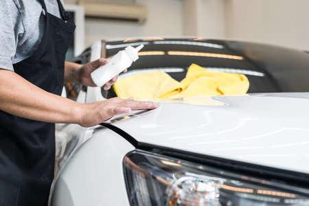 depilacion con cera: serie de pulido del coche: Trabajador depilaci�n coche blanco
