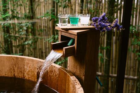 温泉シリーズ: 鉱物試料水木製のバスタブ