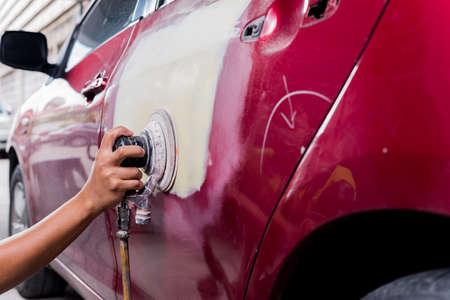 自動車ボディ修理シリーズ: パテを研磨 写真素材