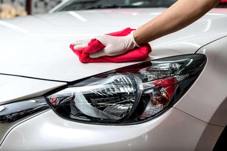 autolavaggio: Serie lucidatura auto: L'operaio di pulizia macchina bianca