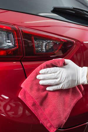 Autopolier Serie: Reinigung Worker rotes Auto