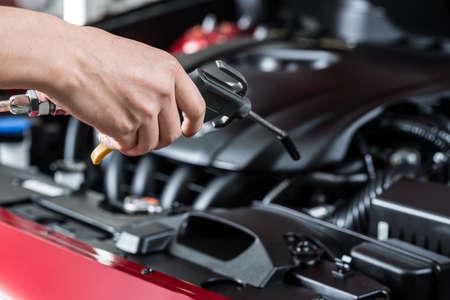 Auto polijsten serie: Het schoonmaken van motor van een auto Stockfoto