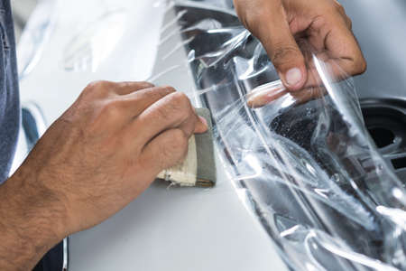 proteccion: Paint serie de películas de protección: instalación de una película de protección de pintura en el coche blanco