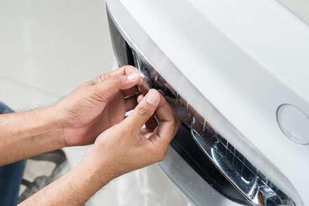 Paint serie de películas de protección: instalación de una película de protección de pintura en el coche blanco