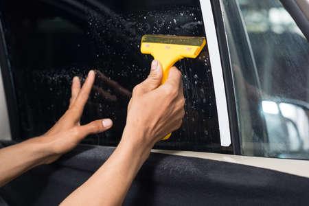 Serie colorazione vetri auto: installazione tint finestrini