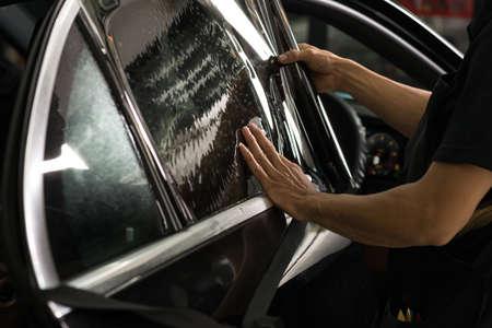 車の窓シリーズを着色: 車ウィンドウ色合いをインストールします。 写真素材