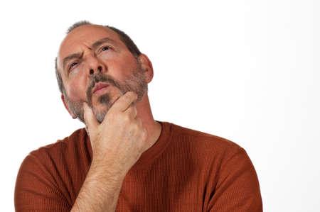 El hombre de mediana edad con la mano en la barba mirando hacia arriba pensando Foto de archivo - 12586186