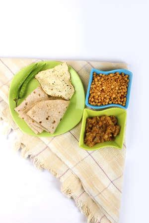 atta: Roti indiani e verde verdure fritte su sfondo bianco Archivio Fotografico