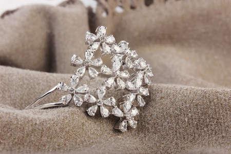 diamantina: Brazaletes indios. Pulsera con diamantes sobre un fondo blanco