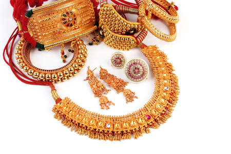 Alle Mix Indische Traditionele Gouden sieraden Geïsoleerd Op White