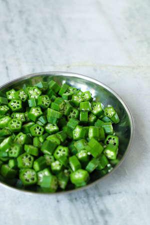 Fresh Green Cut Okra in Plate 版權商用圖片