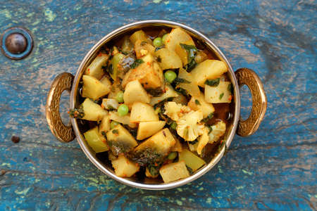 Indian recipe, mixed veg containing potato, Pea, CAULIFLOWER and Eggplant. 版權商用圖片 - 160728840