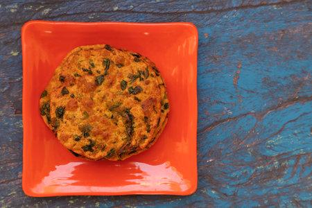 Delicious Indian Masala Puri or Methi Puri. Indian Bread Made of fenugreek leaves. 版權商用圖片 - 160728842