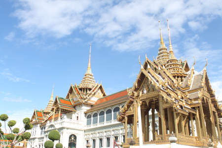 Chakri Throne Hall The architecture blends seamlessly between Western and Thai architecture.