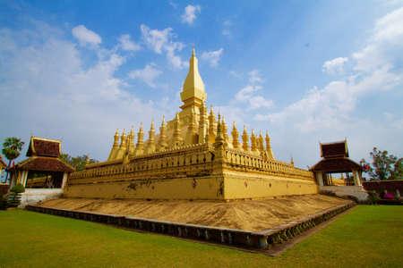 大きな黄金の仏塔は、青い空と散在しています。