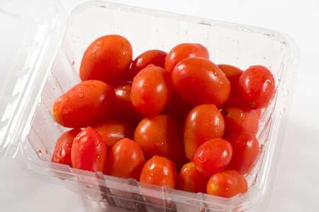 容器に赤チェリー トマト 写真素材