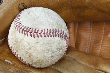 Une balle de baseball dans un gant de baseball Banque d'images - 9736158