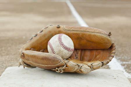 guante beisbol: Un guante de b�isbol en un diamante de b�isbol