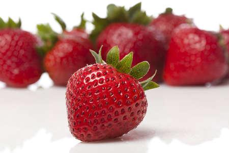 frutillas: De fresas frescas de color rojo sobre un fondo blanco