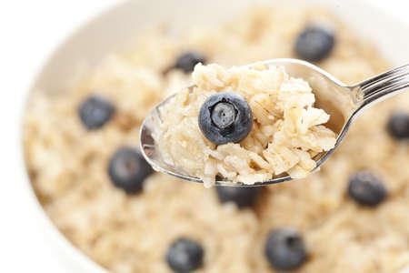 Organische Gekookte havermout met bosbessen voor ontbijt