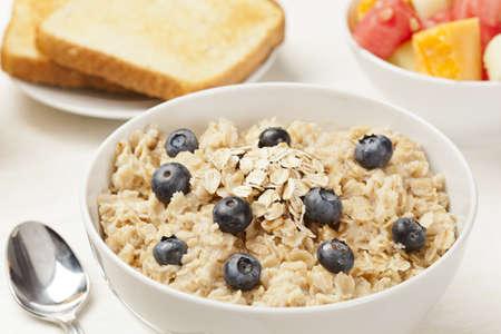 avena en hojuelas: La harina de avena cocida con arándanos Orgánica para el desayuno