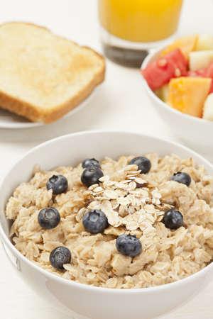 avena en hojuelas: La harina de avena orgánica cocida, con otros productos para el desayuno