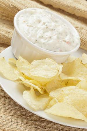 rancho: Patatas fritas frescas con aderezo ranchero en un fondo