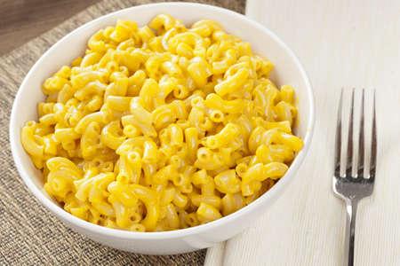 macarrones: Macarrones y queso hecho en casa en un tazón Foto de archivo