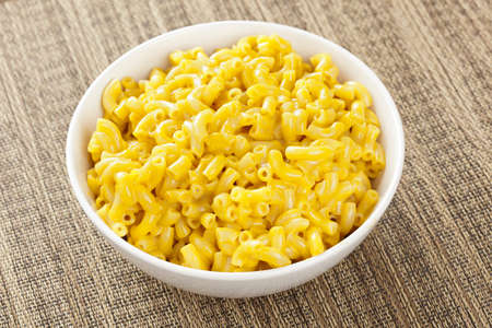 macarrones: Macarrones caseros y queso en un bol Foto de archivo