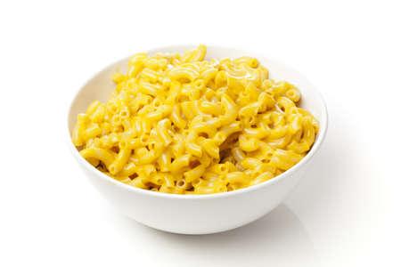 queso: Macarrones y queso hecho en casa en un taz�n Foto de archivo