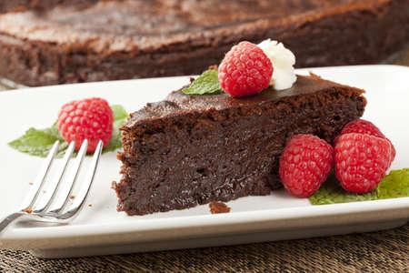 rebanada de pastel: Pastel de chocolate hecho en casa con frambuesa y menta