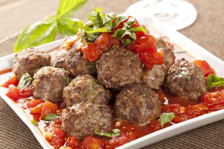 salsa de tomate: Hecho en casa Alb�ndigas en salsa de tomate rojo en un fondo