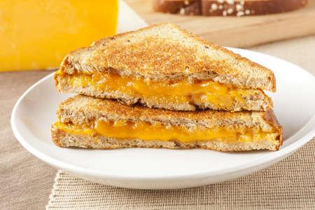 Traditionele Homemade Gegrilde Kaas Sandwich op volkoren brood