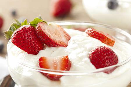 yogur: Fresco Yogur griego con fresas org�nicos en un fondo