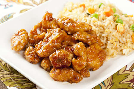 carne de pollo: Pollo hecho en casa naranja con arroz sobre un fondo
