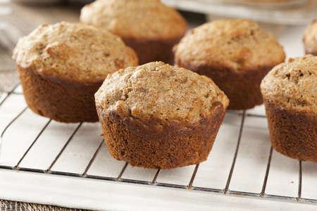 magdalenas: Fresh Muffins de salvado caseras hechas con trigo entero