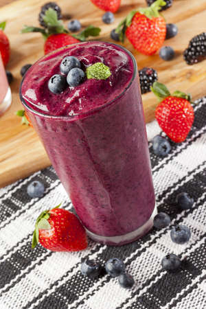 Strawberry smoothie: Blueberry Smoothy organico a base di ingredienti freschi Archivio Fotografico