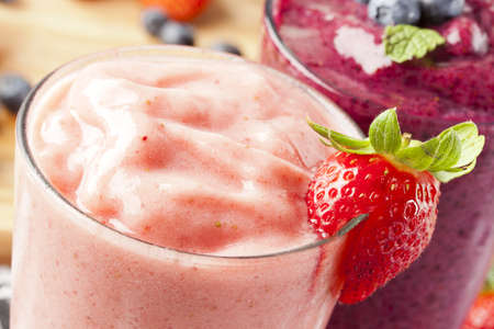 Organic Strawberry Smoothie hecho con ingredientes frescos photo