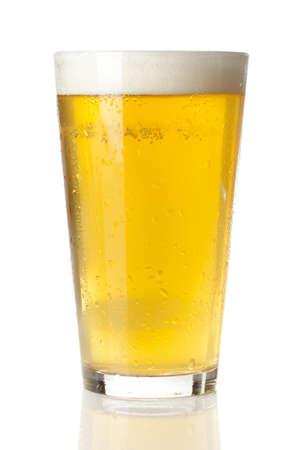 Verfrissende Ice Cold Beer tegen een achtergrond