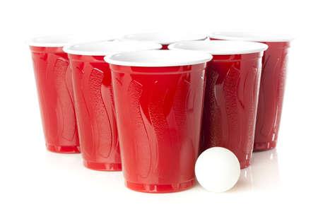 botellas de cerveza: Red Pong de la cerveza en recipientes preparados para jugar un juego