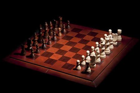 pensamiento estrategico: Tablero de ajedrez de madera clásico con piezas de queso sobre un fondo