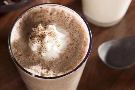 Rijke en romige chocolade milkshake met slagroom