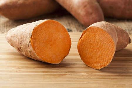 batata: Fresh Org?nica Naranja Sweet Potato contra un fondo