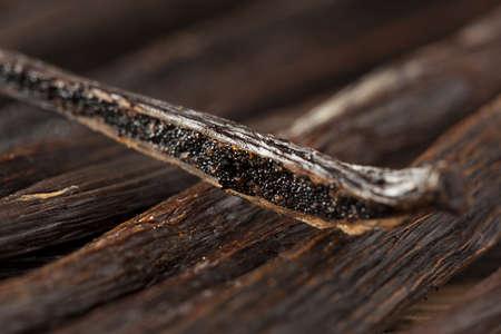 신선한 갈색 유기 바닐라 콩 배경