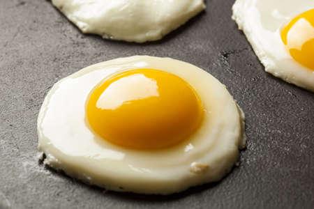 huevos fritos: Orgánica Sunnyside para arriba Huevo listo para el desayuno Foto de archivo
