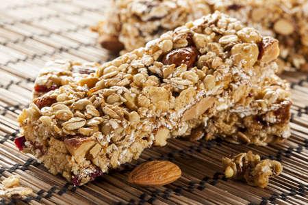 barra de cereal: Orgánica de almendras y pasas de uva barra de granola en un fondo