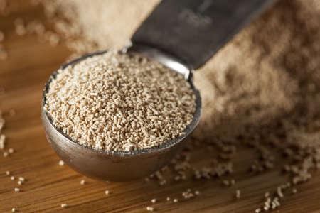 levure: Organic Raw levure � pain dans un contexte Banque d'images