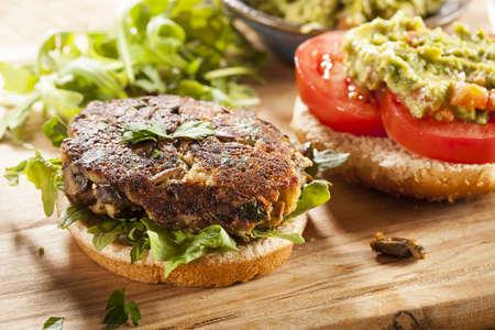 Zelfgemaakte Biologisch Vegetarisch Mushroom Hamburger met tomaat en guacamole