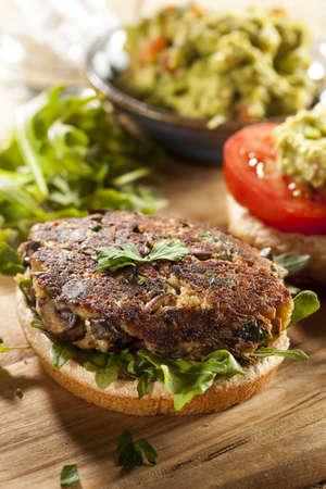 Homemade Burger organique de champignons végétarien à la tomate et guacamole