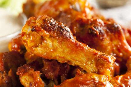 Warm en Spicey Buffalo Chicken Wings met bleekselderij Stockfoto